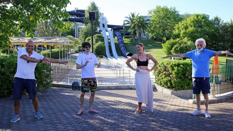 Michelle Hunziker e Rovazzi scivolano all'Aquafan